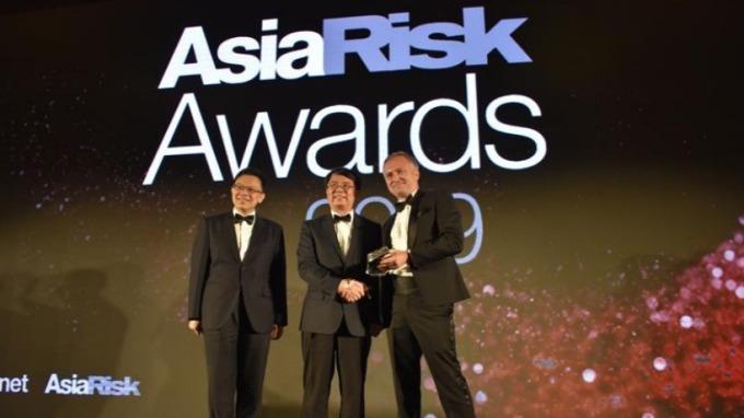 金管會獲頒《亞洲風險》雜誌「2019年最佳主管機關獎」。(左起:金管會銀行局組長王允中、金管會副主委張傳章、亞洲風險雜誌亞太地區總編 Blake Evans-Pritchard)(圖:金管會提供)
