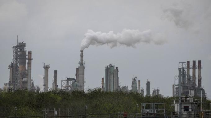 沙國遭空襲,該趁機買進能源股嗎?(圖片:AFP)