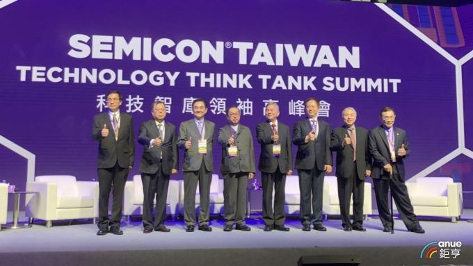 SEMICOC科技智庫高峰會,左三為鈺創董事長 盧超群。(鉅亨網記者魏志豪攝)