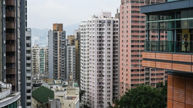 中國房市調控緊縮 建商囤貨過冬(圖片:AFP)