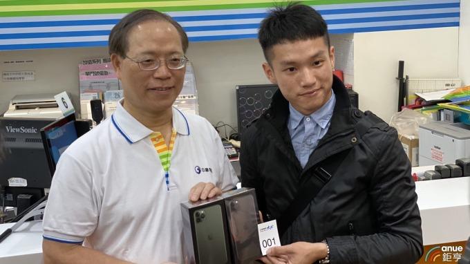 中華電董事長謝繼茂與頭香民眾。(鉅亨網記者沈筱禎攝)