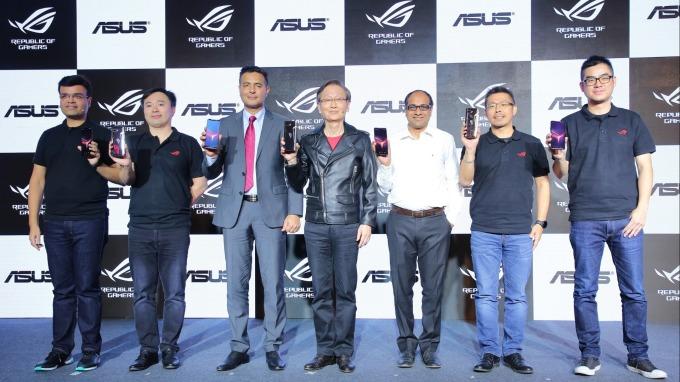 華碩於新德里發表最新電競手機ROG Phone 2,董事長施崇棠(中)。(圖:華碩提供)