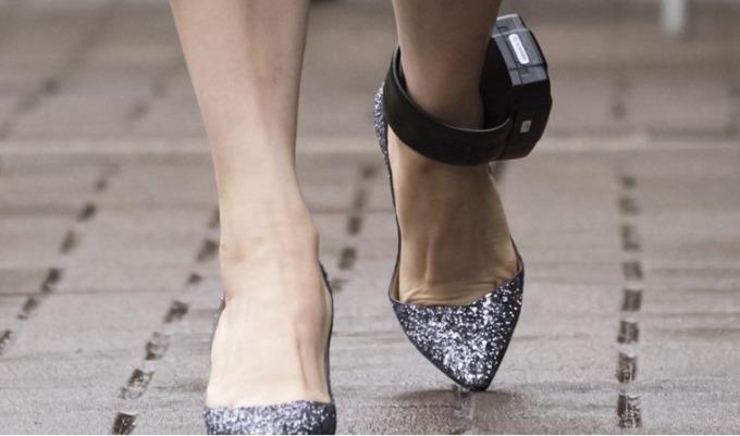 腳配戴著電子腳鐐的孟晚舟 (圖片: 截自 South China Morning Post)