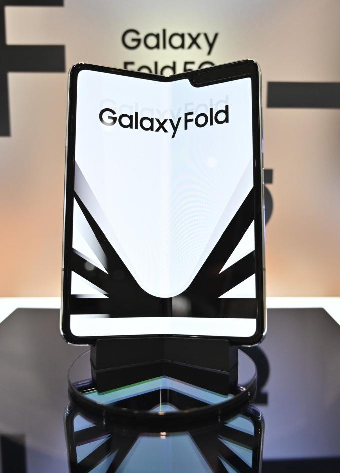 捲土重來的 Galaxy Fold 售價高達 2000 美元 (圖片: AFP)