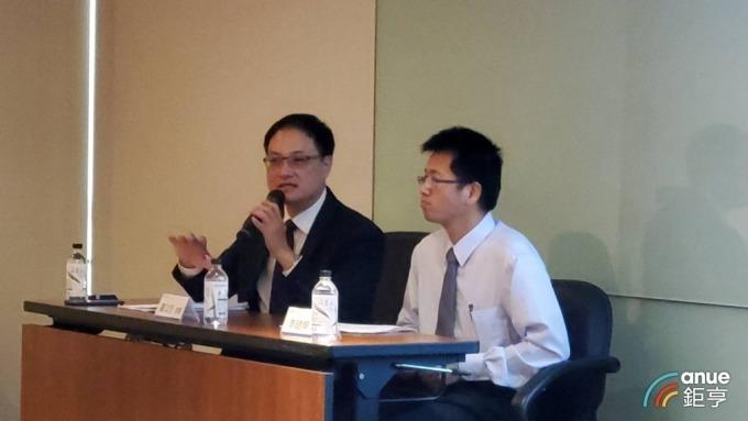 裕隆法說由經理羅文邑(左)進行報告。(鉅亨網記者王莞甯攝)