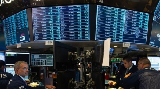 美股早盤 — 小非農數據遜預期 道瓊大跌近300 點 (圖片:AFP)