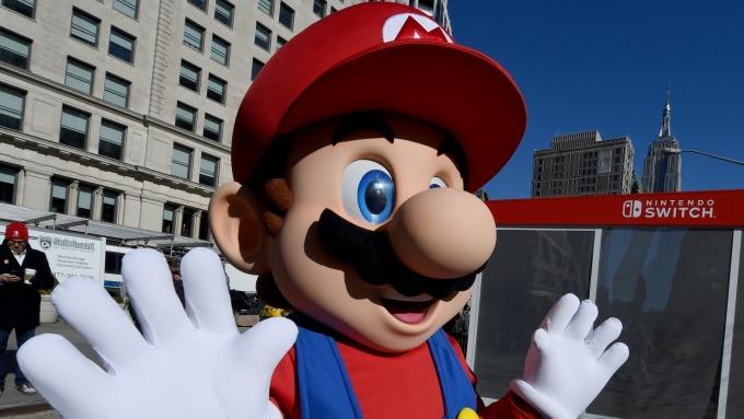 日本玩家趕在消費稅調漲前 搶購任天堂Switch主機。(圖片:AFP)