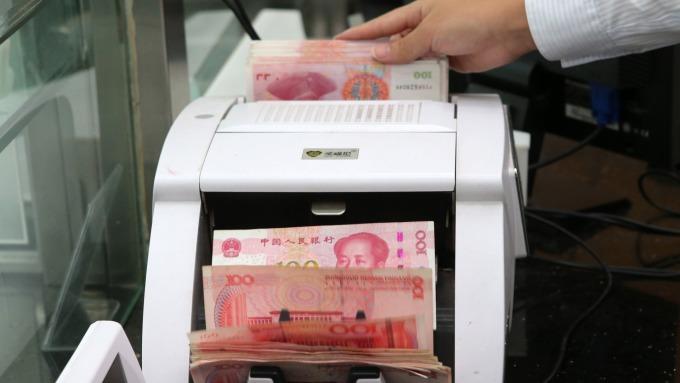 調查:分析師看人民幣將續貶 年底貶至7.20(圖:AFP)