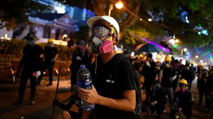 林鄭月娥宣布午夜起禁蒙面 港股大跌一度逼近500點(圖片:AFP)