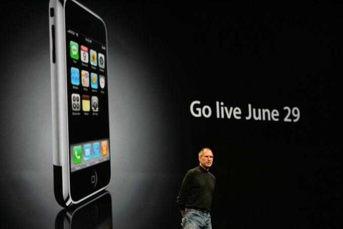 賈伯斯與 2007 年的首款 iPhone (圖片:AFP)