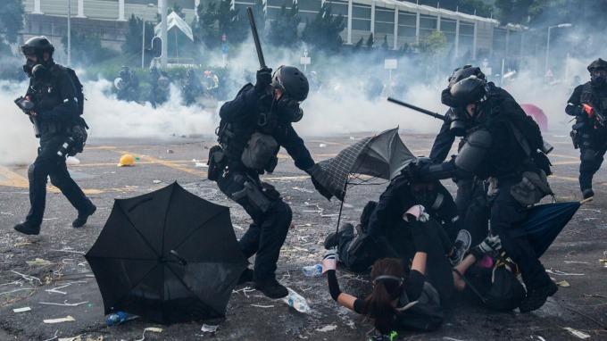 「禁蒙面法」5日正式上路 林鄭月娥:不代表香港處於緊急狀態(圖:AFP)