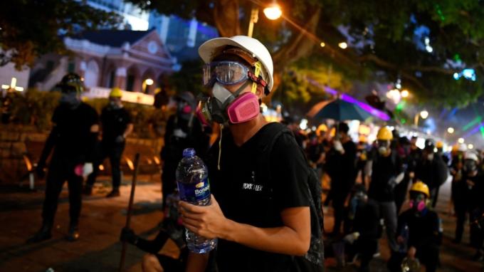 法院拒頒臨時禁制令 「禁蒙面法」今上路 港鐵宣布全面停駛 (圖:AFP)