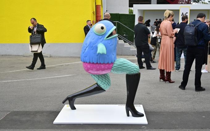Snap AR 鏡片其中之一的雕像。(圖片:AFP)