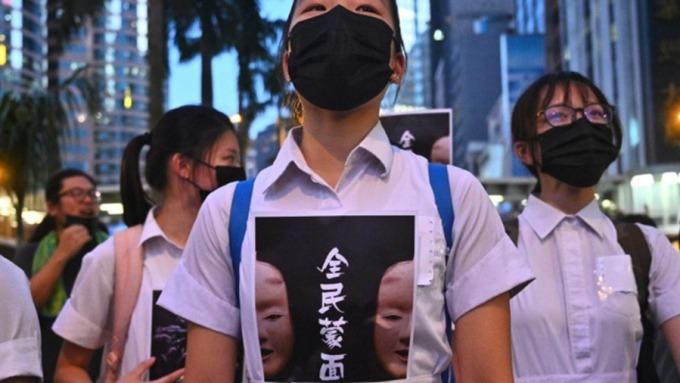 「禁蒙面法」壓垮駱駝最後一根稻草?一文掌握香港三大經濟警訊。(圖:AFP)