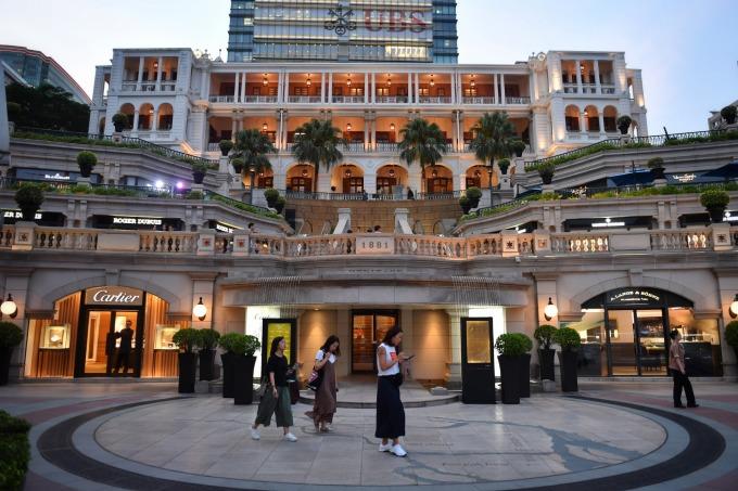 香港遊客數驟降,觀光業績一落千丈。(圖:AFP)