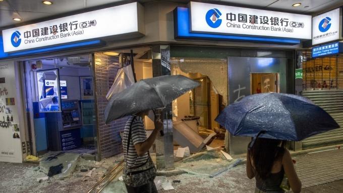 祭《提款法》限制提款金額?香港金管局:絕無此事(圖片:AFP)