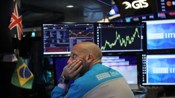 對股市而言利率倒掛並不可怕,可怕的是利率不倒掛。(圖/AFP)