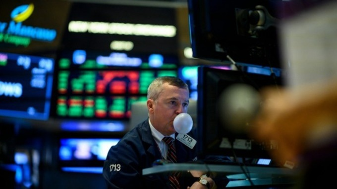 道瓊早盤開低百點後走高 市場關注鮑爾談話、美中副部長級協商 (圖片:AFP)