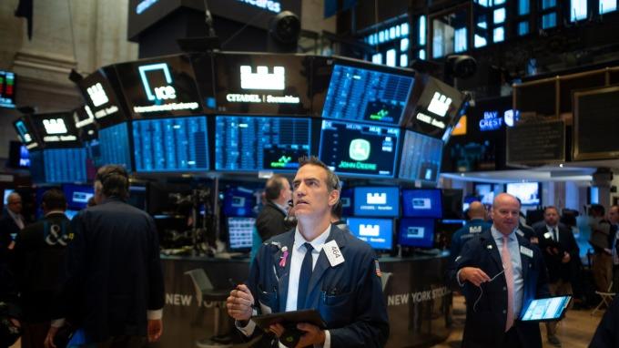 美股盤後 — 白宮宣布美中高層級談判週四登場 四大指數震盪走低 (圖片:AFP)