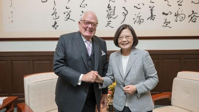 總統蔡英文今 (8) 日接見美國傳統基金會創辦人佛訥博士訪團。(圖:總統府提供)
