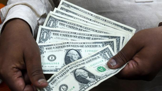 投資人大舉擁抱現金 可能是經濟的一項警訊 (圖片:AFP)