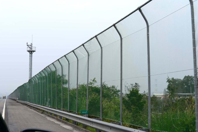 在路殺熱點的山區道路建設圍籬,阻擋野生動物誤闖馬路。 圖片提供│林德恩