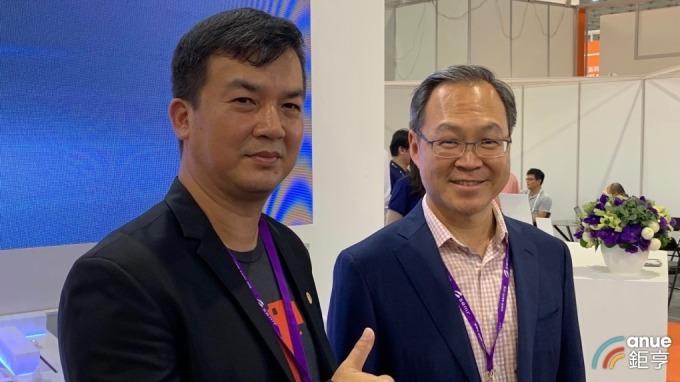 右起為日月光集團副總經理洪志斌、日月光自動化暨工程資訊處資深處長陳俊銘。(鉅亨網資料照)