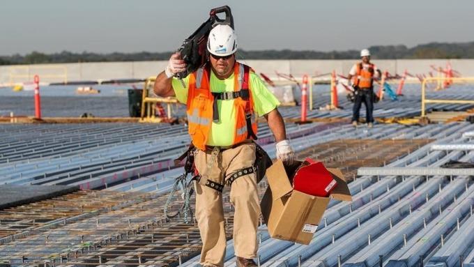 鴻海威州面板廠進入屋頂建設階段。(鴻海提供)