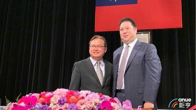 國際中橡今(19)日召開股東會。右起為董事長辜公怡、總經理黃柏松。(鉅亨網資料照)