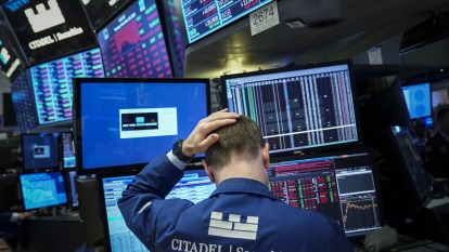美股盤後 — 美零售銷售意外下滑 能源科技股領跌 四大指數盡數皆墨。(圖片:AFP)