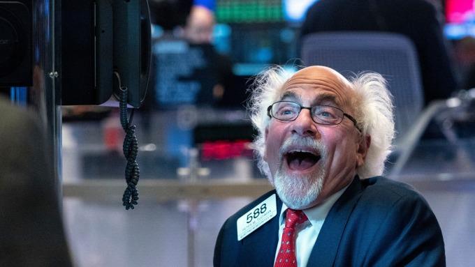 美股盤後 — 美股迎來開門紅 聯合健康、小摩、嬌生財報告捷。(圖片:AFP)