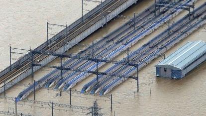 泡水的日本北陸新幹線、最糟情況可能全車作廢。(圖片:AFP)