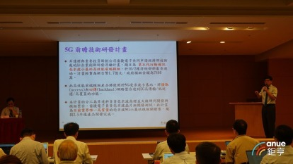 昇達科16日畔總經理吳東義(右)主持法人說明會。(鉅亨網記者張欽發攝)