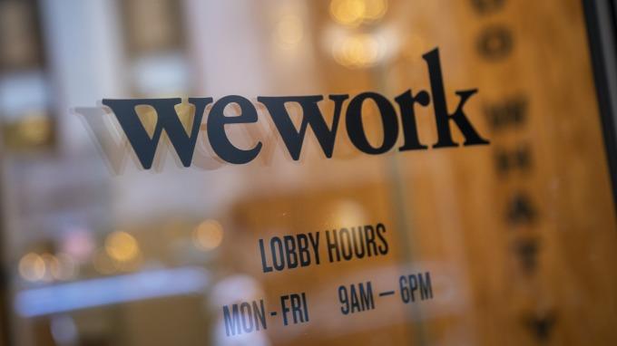 軟銀計畫向WeWork提供50億美元金援、條件優於摩根大通。(圖片:AFP)