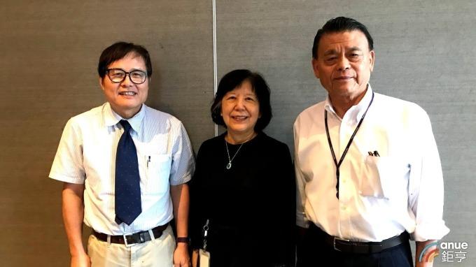 左至右為藥華藥總經理黃正谷、董事長詹青柳及創辦人林國鐘。(鉅亨網記者沈筱禎攝)
