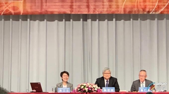 左起為台積電代理發言人孫又文、總裁魏哲家、財務長黃仁昭。(鉅亨網記者林薏茹攝)