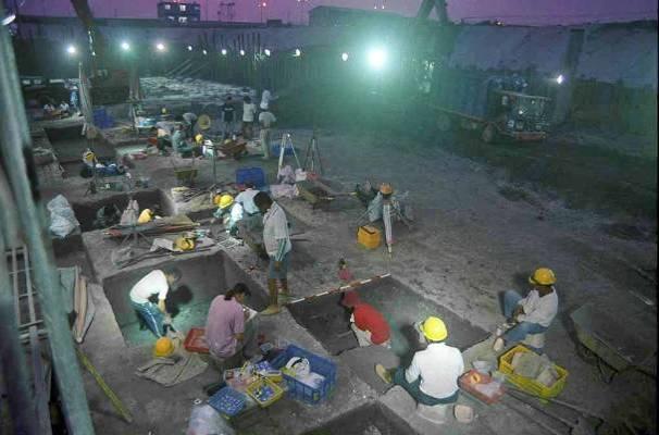 1998 年,南科考古隊於南關里遺址進行夜間發掘。 圖片來源│南科考古隊
