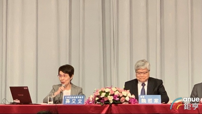 左起為台積電企業訊息處資深處長暨代理發言人孫又文、總裁魏哲家。(鉅亨網資料照)