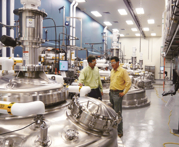 楊育民(右)任職羅氏藥廠全球技術營運總裁期間,為美國羅氏藥廠建成全球最大的蛋白質藥廠。 (楊育民董事長提供)