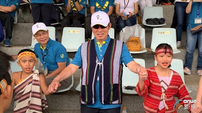世界先進董事長方略與原住民小朋友共同跳舞。(鉅亨網記者林薏茹攝)