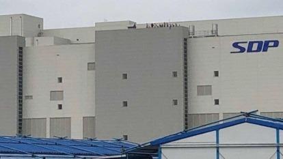 供給過剩 中韓面板廠紛紛計畫調降面板產量 (圖片:AFP)