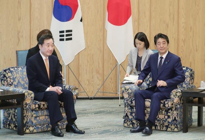 安倍會見南韓國務總理李洛淵、並收到文在寅親筆書信。(圖片:AFP)