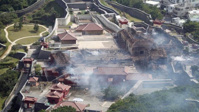 日本沖繩世界遺產首里城今(31)日凌晨陷入火海,木造建築的正殿、南北殿全都燒毀。(圖:AFP)