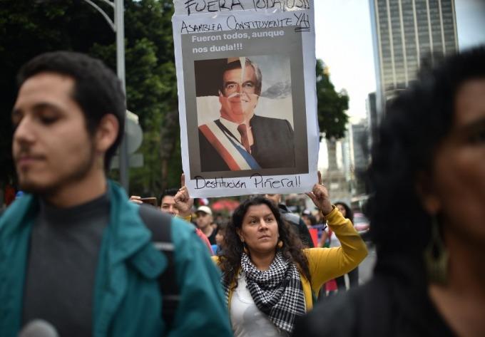 示威民眾要求總統下台 (圖: AFP)