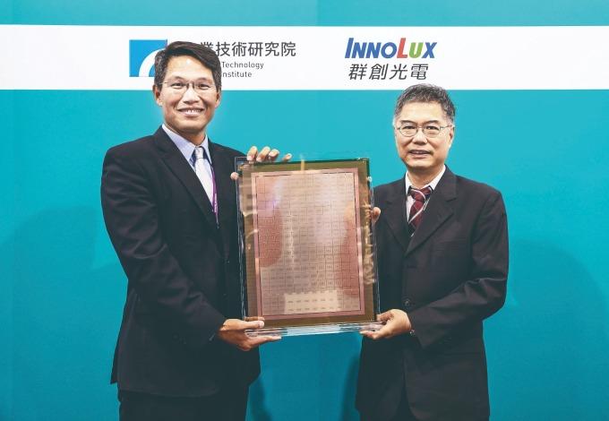 由於面板的基版面積較大 且為方形,很適合方型晶 片,面積利用率上可高達 95%,突顯出「面板級扇 出型封裝」在面積使用率 及成本上的優勢。