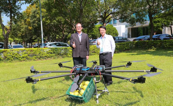 工研院高負載高續航無人機近期入圍杜拜國際無人機競賽,是亞洲唯一入圍的研發機構,榮獲首輪競賽獎金 6 萬美元贊助。左起為工研院機械所所長胡竹生和工研院機械所組長彭文陽。