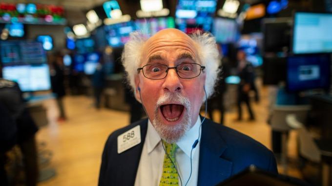 美股盤後 — 標普 500 指數滑跤 三大指數再刷歷史新高。(圖片:AFP)