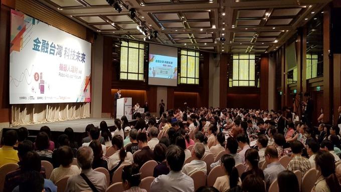 國人瘋智能理財,鉅亨第一屆機器人理財論壇全場爆滿。