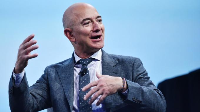 億萬富翁錢滾錢 投資他們旗下的管理企業也可受惠?(圖:AFP)