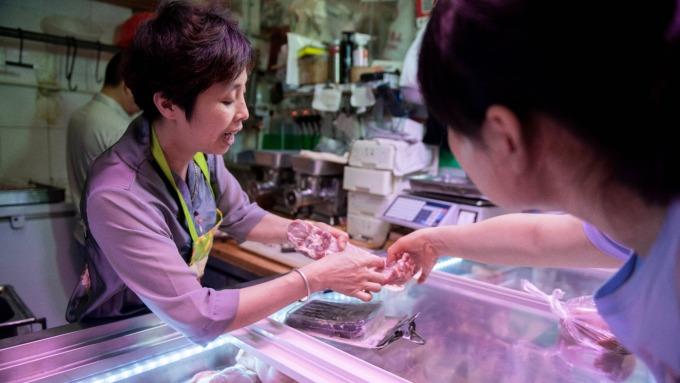 中國10月豬肉價漲1倍,推升物價飆漲至7年新高。(圖/AFP)